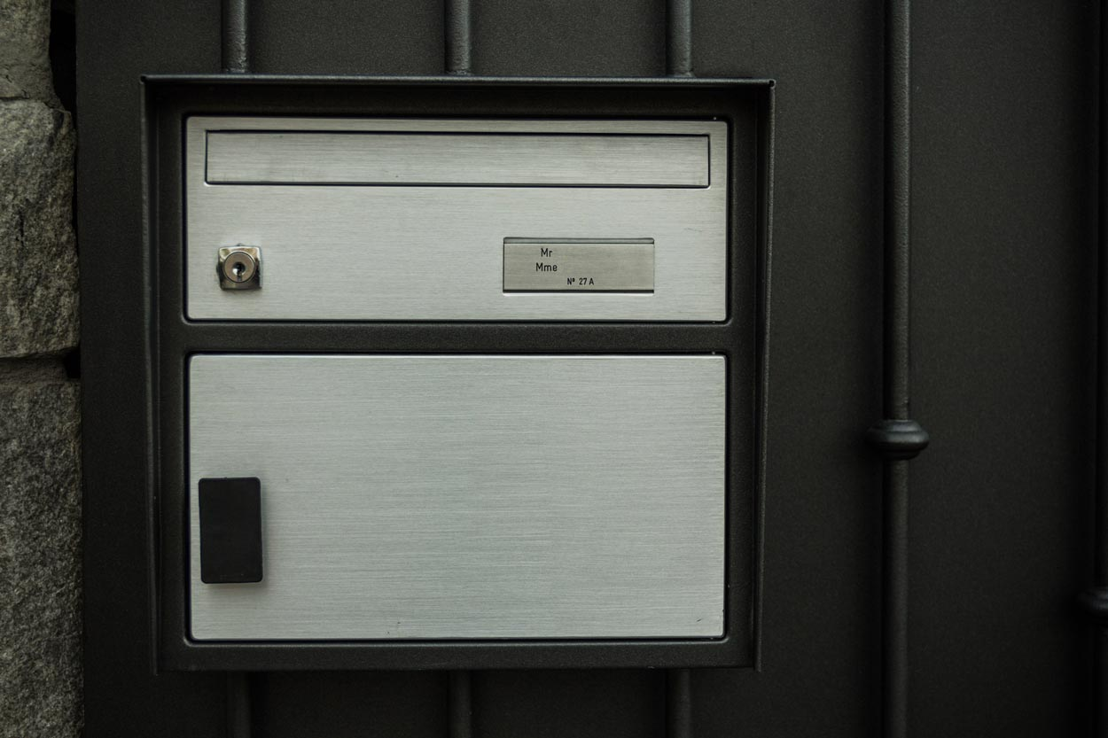 Boîte aux lettres intégrée dans une barrière