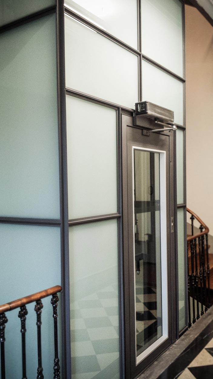 Cage d'ascenseur vitrée