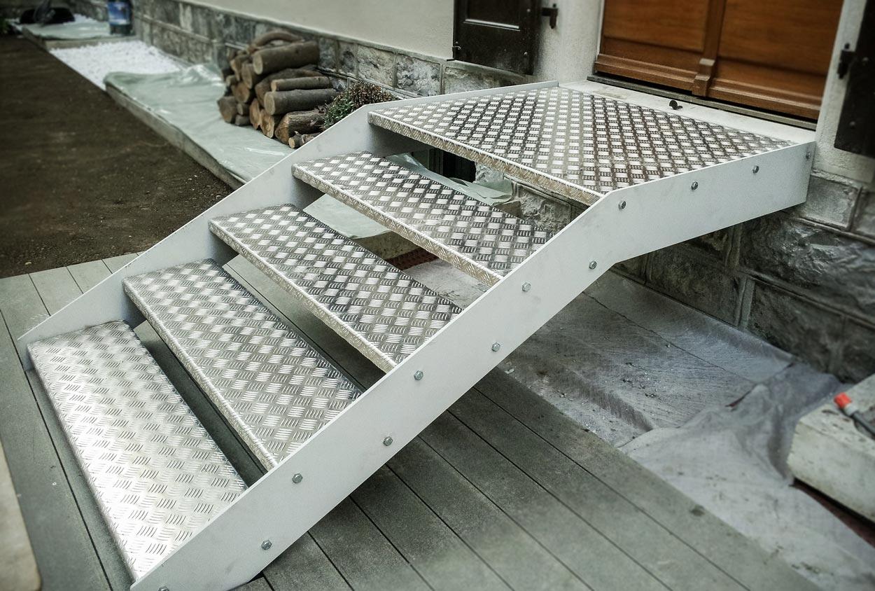 Escalier en acier avec marches en alumium strié