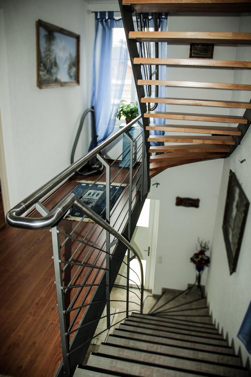 Escalier métallique avec balustrade