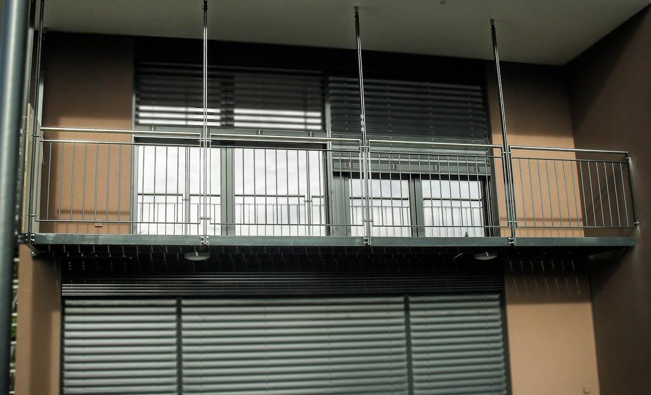 Garde corps avec main courante en inox et balcon en acier