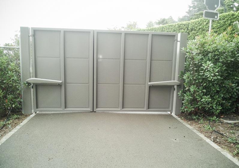 Portail motorisé en acier et aluminium