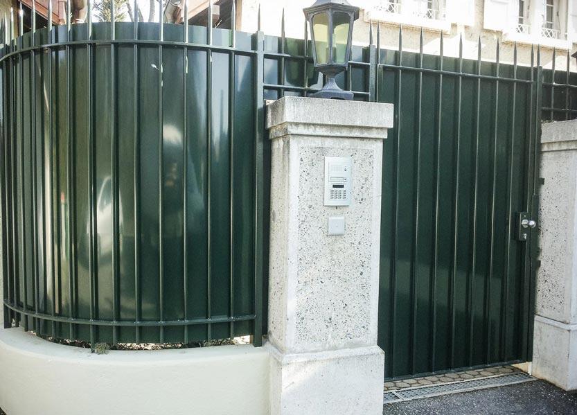 Portillon et barrière en acier avec doublage en taule d'aluminium